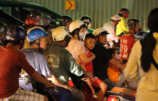 Theo dự kiến, khoảng 4 tháng nữa thì một nhánh cầu vượt thép qua khu vực vòng xoay Nguyễn Thái Sơn mới được hoàn thành. Nếu không có biện pháp khắc phục tạm thời, người dân phải chịu cảnh này trong một thời gian dài nữa.