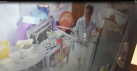 Clip: Côn đồ vào nhà truy sát rồi cướp táo tợn - Ảnh 3.