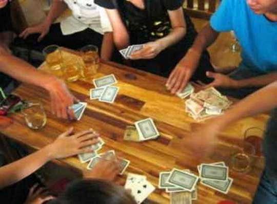Bị phát hiện đánh bạc, bí thư phường nhảy từ tầng 3 để trốn - ảnh 1