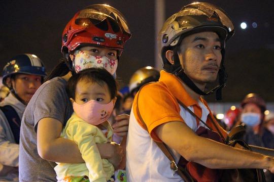 Chị Trần Thị Loan cho biết: Hai vợ chồng định đi dạo phố thay đổi không khí, ai dè mắc kẹt, hít bụi hơn 20 phút.