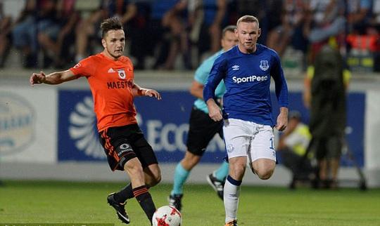 Sút bóng hụt, Rooney té sấp mặt ở Europa League - Ảnh 1.