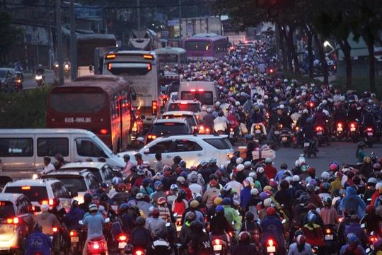 Chiều tối 29-4, hàng chục ngàn người đổ xô từ thành phố về các tỉnh miền Tây khiến giao thông kẹt cứng hàng cây số, tuyến đường cửa ngõ phía Tây rơi vào thế bế tắc hoàn toàn. Nhiều người dân kiệt sức vì mệt mỏi.