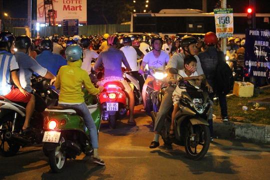 Hơn 20 giờ đêm, nhiều người chờ đợi quá lâu trong đám kẹt xe, bất chấp nguy hiểm chạy ngược chiều để tìm đường thoát.