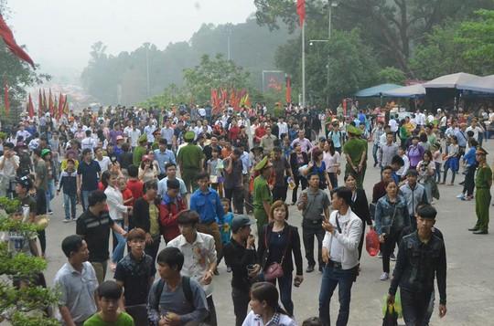 ''' Ngay từ sáng sớm, hàng vạn người dân đã có mặt tại khu di tích Đền Hùng (Phú Thọ) để vào dâng hương tưởng nhớ các Vua Hùng '''