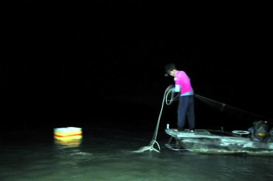 Đánh bắt thủy sản vào ban đêm ở hồ Trị An