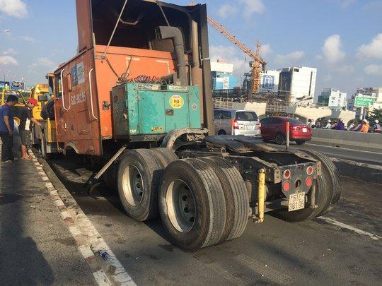 Chiếc xe đầu kéo gây tai nạn tại đoạn đổ dốc cầu phía quận Bình Thạnh