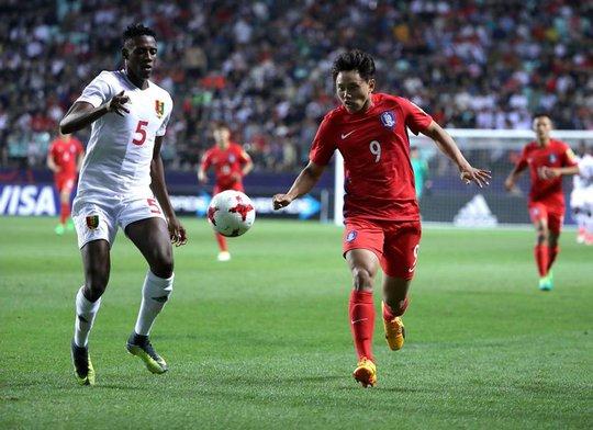Yong-Wook Cho tranh bóng với Camara