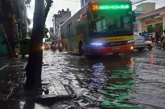 Sau đợt nắng nóng kỷ lục, Hà Nội mưa gió giông lốc đổ cây - Ảnh 3.
