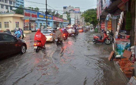 Sau đợt nắng nóng kỷ lục, Hà Nội mưa gió giông lốc đổ cây - Ảnh 4.