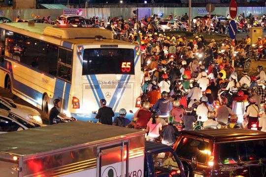 Gần 1 tháng nay, hàng loạt các vòng xoay ở Gò Vấp, TP HCM thường xuyên rơi vào tình trạng ùn tắc, kẹt xe nghiêm trọng vào các giờ cao điểm. Người dân hết sức mệt mỏi mỗi khi phải lưu thông qua đây.