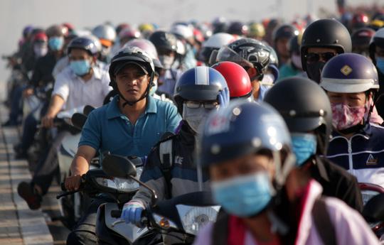 Các phương tiện nhúc nhích từng chút một, nhiều người tỏ ra bực mình vì mắc kẹt trong nắng nóng, khói bụi.