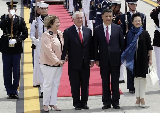 Vợ chồng ông Tập được Ngoại trưởng Mỹ Rex Tillerson và đội danh dự chào đón tại sân bay quốc tế Palm Beach. Ảnh: AP