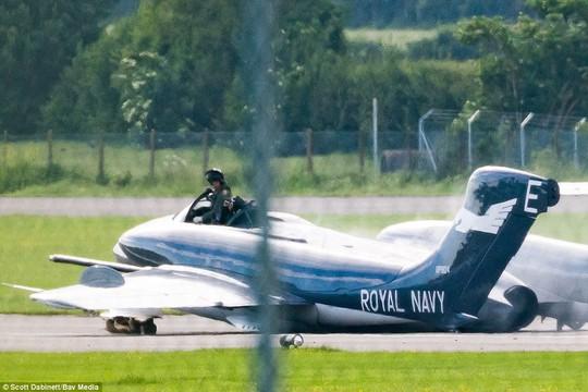 Máy bay bốc lửa lúc hạ cánh, phi công thoát chết - Ảnh 3.