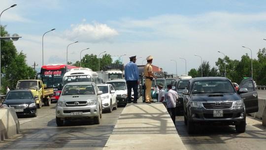 Hàng chục ô tô vây trạm thu phí Quán Hàu gây ách tắc giao thông - Ảnh 2.