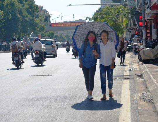 Muôn kiểu chống chọi nóng kinh người trên 40 độ C ở Hà Nội - Ảnh 6.
