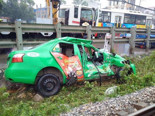 Qua đường sắt đón khách, taxi Mai Linh bị tàu hỏa tông nát - Ảnh 2.