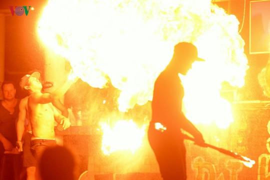Những người đùa với lửa ở Thái Lan - Ảnh 2.
