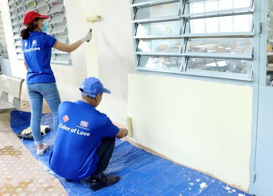 Nhân viên sơn TOA sơn lại toàn bộ ngôi trường tiểu học Phú Thọ ( Bình Dương)