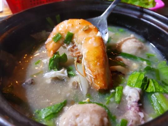 Người Sài Gòn ăn cháo Tiều trứ danh bằng thố đất - Ảnh 2.