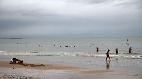 Bão 14 giảm thành áp thấp nhiệt đới, người dân bất chấp đổ xô tắm biển - Ảnh 4.