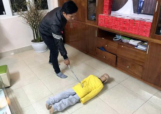Bố đẻ và mẹ kế hành hạ con trai 10 tuổi dã man ở Cầu Giấy