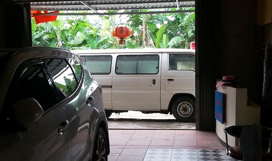 Mang xe cấp cứu biển xanh tới chặn cửa, đòi nợ - Ảnh 2.