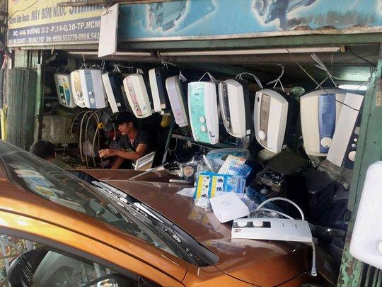 Xe bán tải tông nhiều ô tô, xe máy rồi lao vào cửa hàng - Ảnh 2.