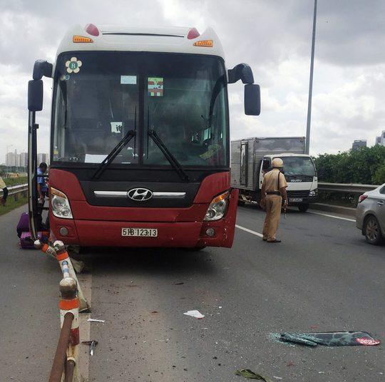 Xe khách Thành Bưởi gây tai nạn liên hoàn trên đường dẫn cao tốc - Ảnh 2.