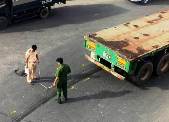 Xe container kéo lê người ở gầm cầu vượt Sóng Thần - Ảnh 1.