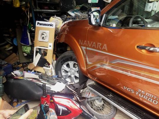 Xe bán tải tông nhiều ô tô, xe máy rồi lao vào cửa hàng - Ảnh 1.
