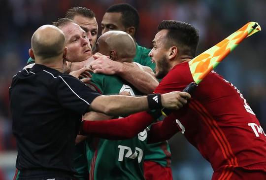 Cầu thủ đánh nhau như phim hành động ở Cúp nước Nga - Ảnh 2.
