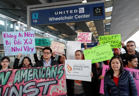 """United Airlines vẫn """"hạ cánh an toàn"""" sau vụ bác sĩ gốc Việt?"""