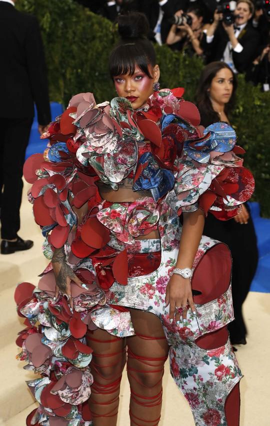 Rihanna từng gây số thảm đỏ với những bộ đầm thiết kế lạ mắt và năm nay không ngoại lệ, cô tiếp tục tạo ấn tượng với đầm của chính Comme des Garcon.