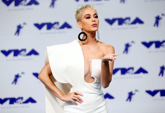 Mốt khoe ngực được chuộng tại MTV VMA 2017 - Ảnh 1.