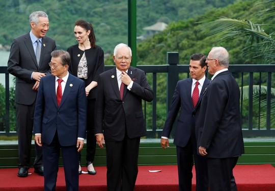APEC 2017: Các nhà lãnh đạo APEC vui vẻ đi dạo, chụp hình - Ảnh 7.
