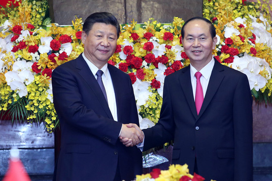 Tổng Bí thư, Chủ tịch Tập Cận Bình cho cá Ao cá Bác Hồ ăn - Ảnh 3.