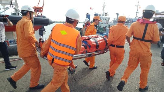 Cứu thuyền viên Trung Quốc bị đột quỵ trên biển - Ảnh 2.