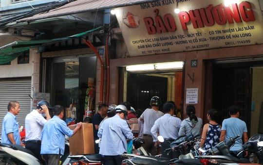 Hà Nội: Xếp hàng dài đợi mua bánh trung thu truyền thống - Ảnh 2.