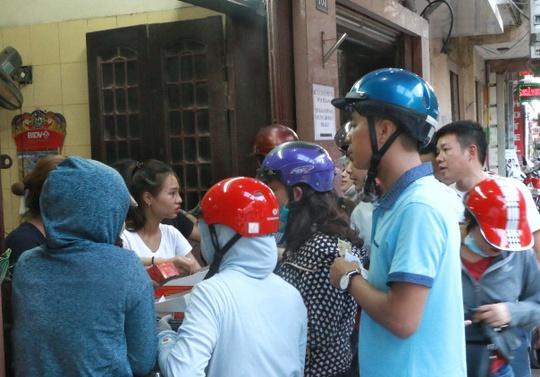 Hà Nội: Xếp hàng dài đợi mua bánh trung thu truyền thống - Ảnh 7.
