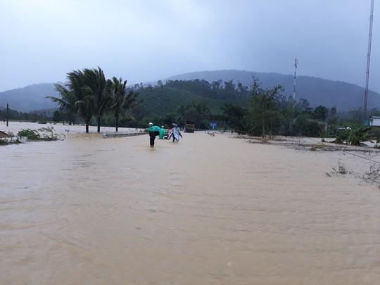 Lâm Đồng: 2 người chết, nhiều nơi bị cô lập do bão - Ảnh 10.