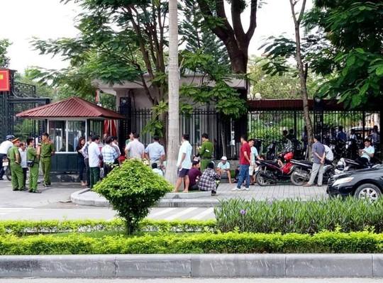 Dân Sầm Sơn kéo tới UBND tỉnh Thanh Hóa đòi việc làm - Ảnh 1.