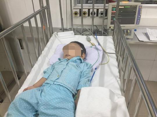 Bé trai nghi bị bạo hành đến chấn thương sọ não được xuất viện - Ảnh 1.