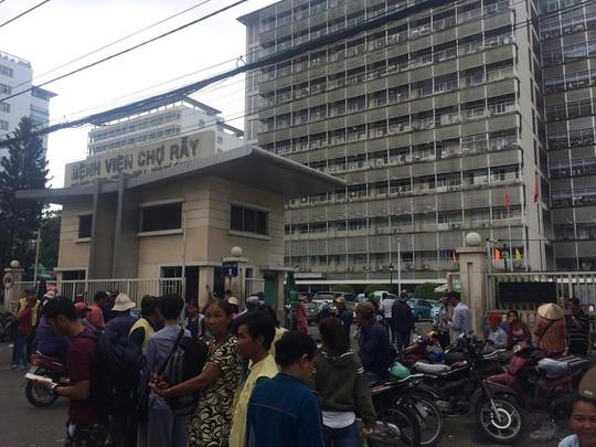 Đánh ghen gây náo loạn tại Bệnh viện Chợ Rẫy - Ảnh 1.
