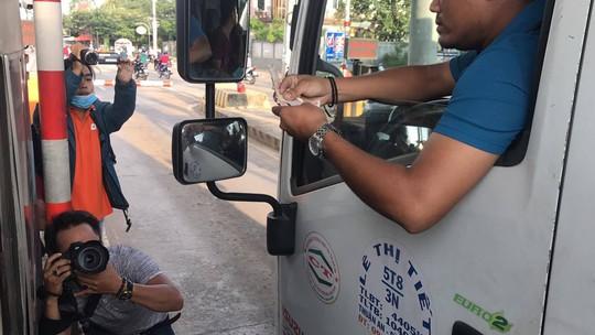 Tài xế đồng loạt dùng tiền lẻ, BOT Biên Hòa phải xả trạm - Ảnh 6.