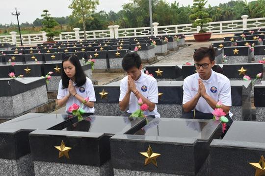 100 bạn trẻ Việt kiều về Đồng bằng sông Cửu Long dự trại hè - Ảnh 13.