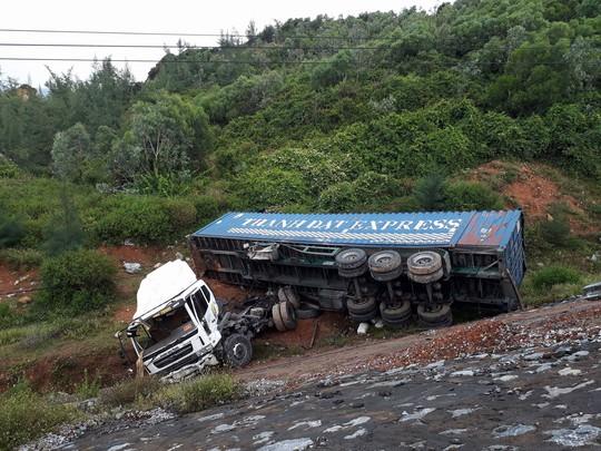 Xe đầu kéo lao xuống vực, tài xế và phụ xe bị thương nặng - ảnh 1