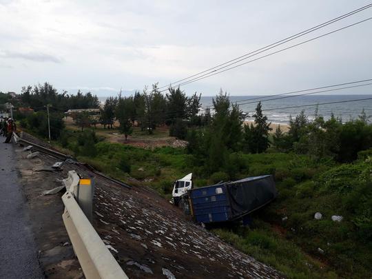 Xe đầu kéo lao xuống vực, tài xế và phụ xe bị thương nặng - ảnh 2