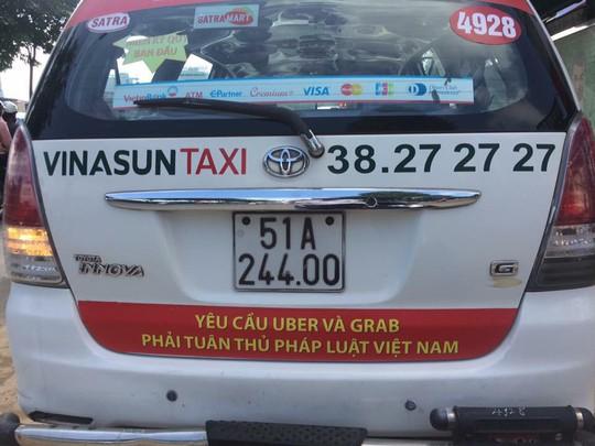 TP HCM: Taxi Vinasun dán bảng phản đối Uber, Grab - Ảnh 1.