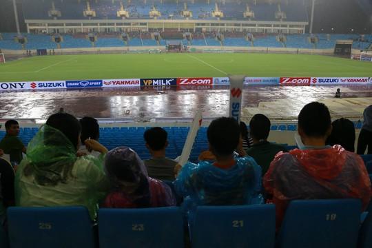 Khán giả bế con, đội mưa cổ vũ tuyển Việt Nam đấu Campuchia - Ảnh 2.