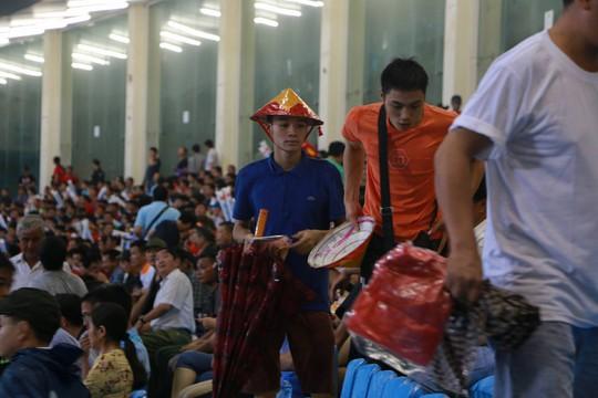 Khán giả bế con, đội mưa cổ vũ tuyển Việt Nam đấu Campuchia - Ảnh 4.
